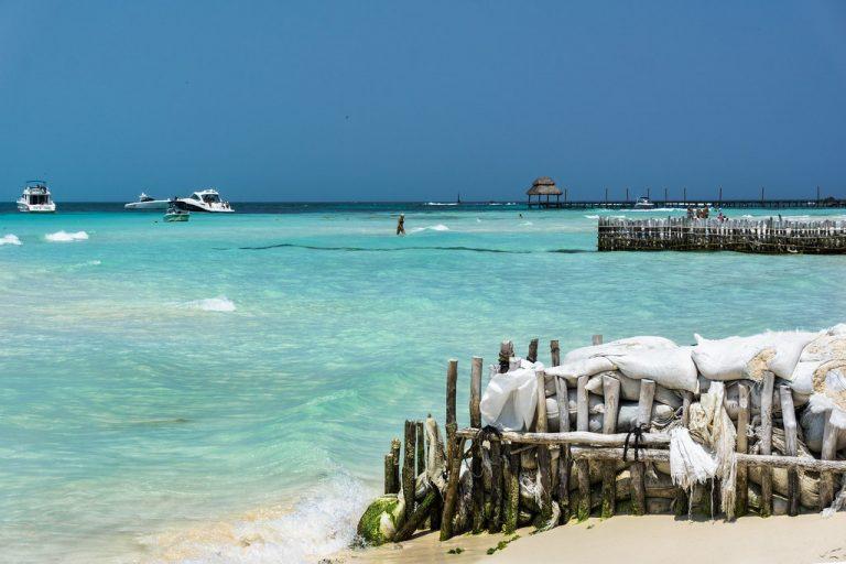 Isla Mujeres, playa libre de sargazo